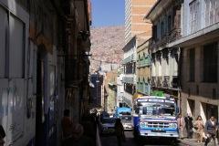 Spektakuläre Sicht in einer der zig tiefen Strassenschluchten von La Paz