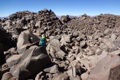 im Abstieg durch die riesige Felslandschaft