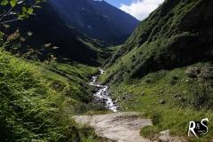 Brunnital bei prächtigem Wetter und angenehmen Temperaturen. Der Brunnibach führt bereits morgens viel Wasser!
