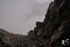 verirrt in diesem Couloir - aufgrund des instabilen Geländes sollte man es meiden und den relativ einfachen Weg zum Gipfel nehmen - vorerst im Nebel versteckt!