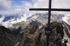 Gipfel bereits aufgegeben und im sich lichtenden Nebel in letzter Sekunde doch noch ein Steinmann entdeckt... Oberalpstock 3328 m. ü. M.