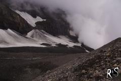 Rückblick auf den Lötchengletscher. Dahinter befindet sich die gewaltige Balmhorn-Westwand.