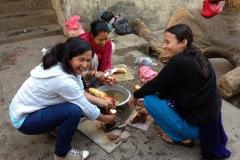 Kalpana und Sunita nachmittags beim Zubereiten des uns unbekannten Wurzelgemüses