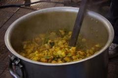 Gemüse-Curry mit Bohnen, Kartoffeln, Blumenkohl und einer Wurzelart