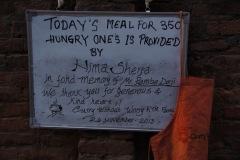 fast unglaublich aber wahr: 250 üFast unglaublich aber wahr: um 250 Schalen von Hungrigen übervoll zu füllen, kosten nur 20 000 Rupien (200 US-Dollar). Die nepalesischen Köstlichkeiten werden mit frischen, auserlesenen und äusserst nährhaften Zutaten zubereitet.bervolle Schalen von Hungrigen kosten 20 000 Rupien (200 US-Dollar) mit frischen, auserlesenen und äusserst nährhaften Zutaten für diese nepalesischen Köstlichkeiten...
