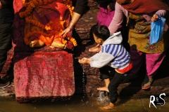 Der Tradition folgend muss der älteste Sohn des Verstorbenen die Waschung ausführen