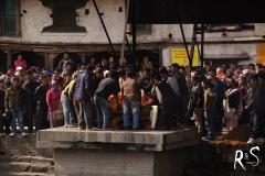 Flussabwärts wird der Tote auf einem der Verbrennungs-Ghates auf einem Scheiterhaufen gelegt...