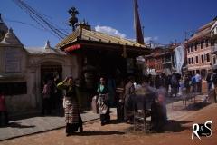 Tibeterinnen beim Umrunden des Boudha