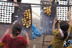 Bei Vollmond werden rundum den Stupa Butterlämpchen angezündet...
