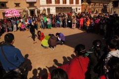 Am Samstag, dem Sonntag der Nepali, spielen sich sonderbare Freilufttheater frei inszeniert ab - hier auf dem Durbar Square in Bhaktapur.