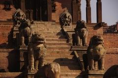 Die wunderbar gezierte Treppe des Nyatapola Tempel