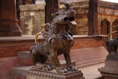 Messinglöwen bewachen den Eingang zu einem Tempel