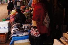 Fischverkäuferin in den Strassen Bhaktapurs