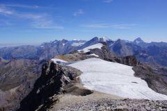 Weitsicht in die Berner Hochalpen und im Vordergrund ist das lang gestreckte Gipfelplateau (ca. 1.5Km) zum Grossstrubel
