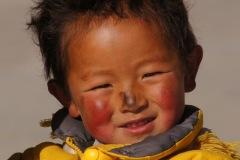 Die Neugeborenen Lhasa's werden beim ersten Verlassen ihres Geburtshauses direkt und auch später in regelmässigen Abständen zum Sera Kloster gebracht, um sie dort vor Krankheiten und Unglück zu schützen - die Kinder sind danach mit einem schwarzen Punkt auf der Nase gekennzeichnet.