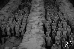 Die Gräben waren überdacht von Holzlatten und geflochtenen Pflanzenmatten, anschliessend wurde die ganze Fläche vorsichtig zugeschüttet. Durch die Verrottung des Holzes sind die Gräben jedoch eingestürzt - der damalige Herrscher wollte seine Armee nach seinem Ableben ja auch lediglich ins Jenseits retten.