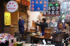 Chinesische Teigtaschen werden da im Dampf gekocht..
