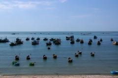 Wie vor sieben Jahren dominieren die Fischer den Hafen von Mui Ne. Wenn man in der Nacht auf's Meer hinaus schaut, so scheint es als würde der Horizont in einem Flammenmeer aufgehen.