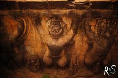 Die Steinfiguren tragen die Terrasse wo der König drauf sass und sich die Triumphmärsche seiner Armeen ansah..