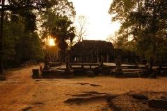 in Gegenrichtung des main stream unterwegs - Sonnenuntergang alleine bei Banteay Kdei!