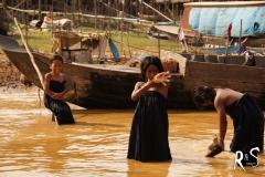 Die Kinder hier wachsen am, über und im Wasser auf...