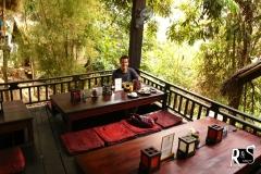 die riskante Flussüberquerung hat sich gelohnt - gemütliches laotisches Restaurant mit laotischer Küche hat uns dort erwartet!