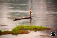 ..oder mit dem Boot. Der Fischer wirft das Netz in regelmässigen Zeitabständen aus..