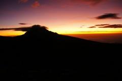 Ein wunderbarer Sonnenaufgang hinter dem Mawenzi (der östlichste Gipfle der Kilimanjaromassivs)