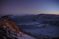 Rückblick in den Krater und weit hinten sieht man die grössten Gletscherpartien des Kibo (die Northern Icefields bedecken eine Fläche von rund 2Km2)