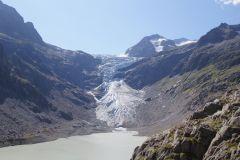Erster Blick zum überwältigenden Gletscherabbruch des Triftgletschers - von der imposanten Triftbrücke gesehen
