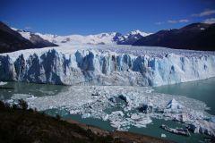 Gletscherzunge, welche periodisch bis zur Peninsula Magellanes reicht und den Seitenarm des Lago Agentino abtrennt.