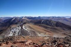 Sicht runter auf die Vulkangruppe des Sairécabur. Der runde Krater ist der Ojo del Toro