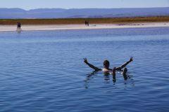 schwebend im Salzwasser der Lagune