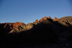 Sonnenuntergang tüncht die Berge in Rot.