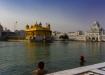 ein andächtiges und amüsantes Bild zugleich, die aus dem Wasser ragenden Köpfe mit aufgesetztem Turban vor dem Goldenen Tempel