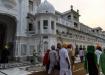 aufrecht und stolz gehen die Sikhs in ihren hellen Gewändern und dem aufgesetzten Turban in allen Farben