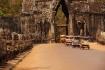 Das oft befahrene south gate (Süd-Tor) in die Stadt Angkor Thom.