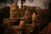Auf alle Tore hinzu bewachen je zwei Reihen Khmerskulpturen die Brücke, welche über den Festungs- oder Stadtgraben führt, mit einer überdimensional langen Schlange in den Händen der Figuren.