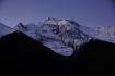 Die mächtige Annapurna IV vor den ersten Sonnenstrahlen.
