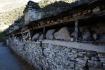 Manimauer - auf Steinplatten werden heilige Texte oder traditionelle Gebetsformeln graviert oder gemalt, welche von Pilgern bei Tempeln, Stupas,  Passhöhen oder eben an Manimauern niedergelegt werden.
