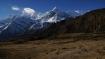 Der rauchende Berg in der Mitte (Schneestaub durch den Wind verursacht) ist die Annapurna III, rechts daneben die Gangapurna.
