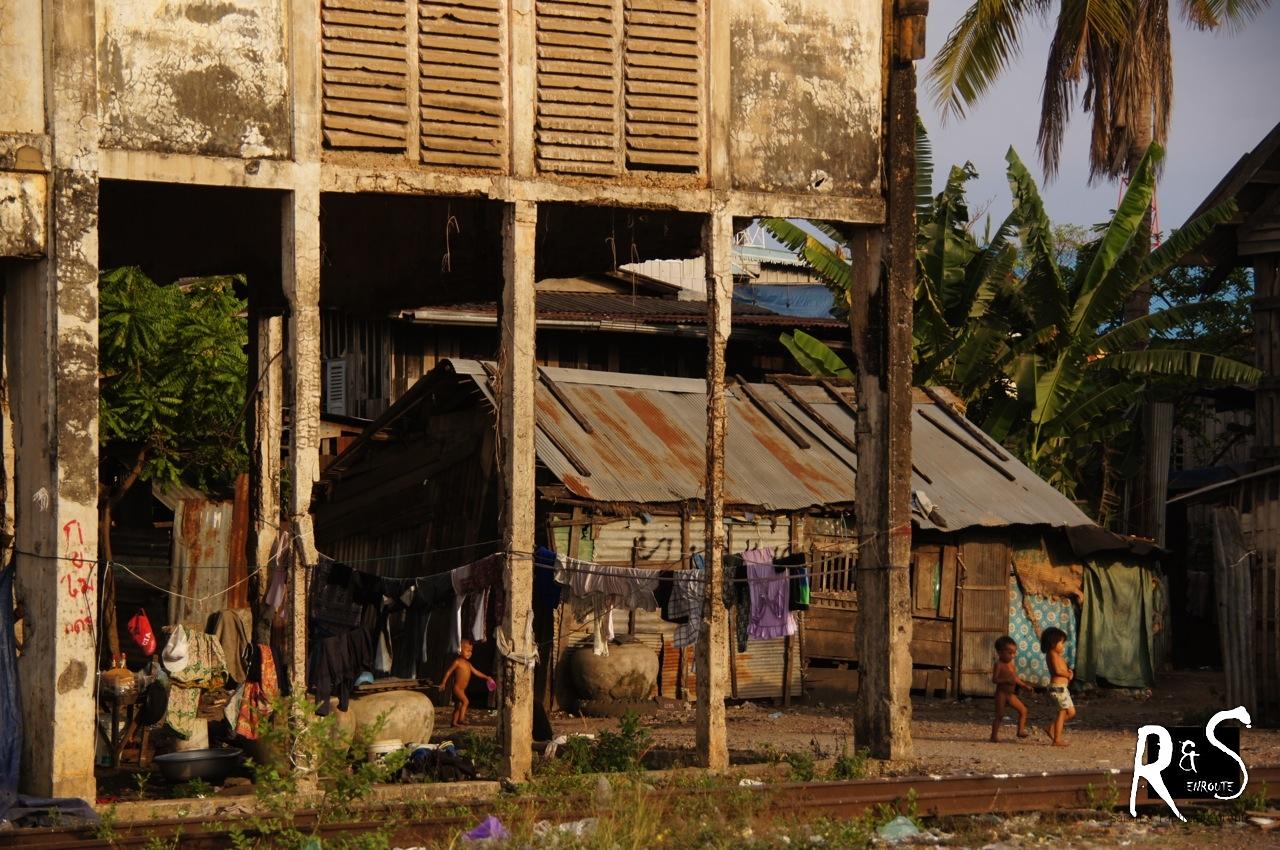 Menschen leben hier in improvisierten Blechbehausungen