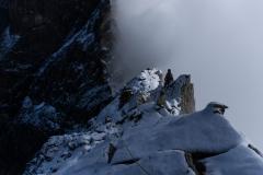 Rückblick auf den verschneiten Felsteil