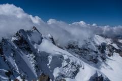 Blick Richtung Westen zum Piz Scerscen sowie zum in die Wolken gehüllten Piz Roseg