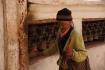 """Gerade ältere Menschen """"opfern"""" jeden Tag viel Kraft und Zeit in ihre spirituellen Praktiken, um gutes Karma anzuhäufen..."""