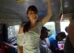 zufrieden: nach nur kurzem Fussmarsch wurden wir von einem heranbrausenden Bus aufgegabelt!