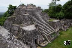 auf einer der drei Kleinpyramiden, die auf dem grössten Gebäude Canaa von Caracol angeordnet sind...