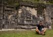 Meditation vor dem Astronomie-Gebäude