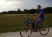 en bicy den Pfützen ausweichend ist dies auf Caye Caukler eine amüsante Fortbewegungsart...