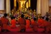 Mönchsgebet im Wat Phra Singh in Chiang Mai